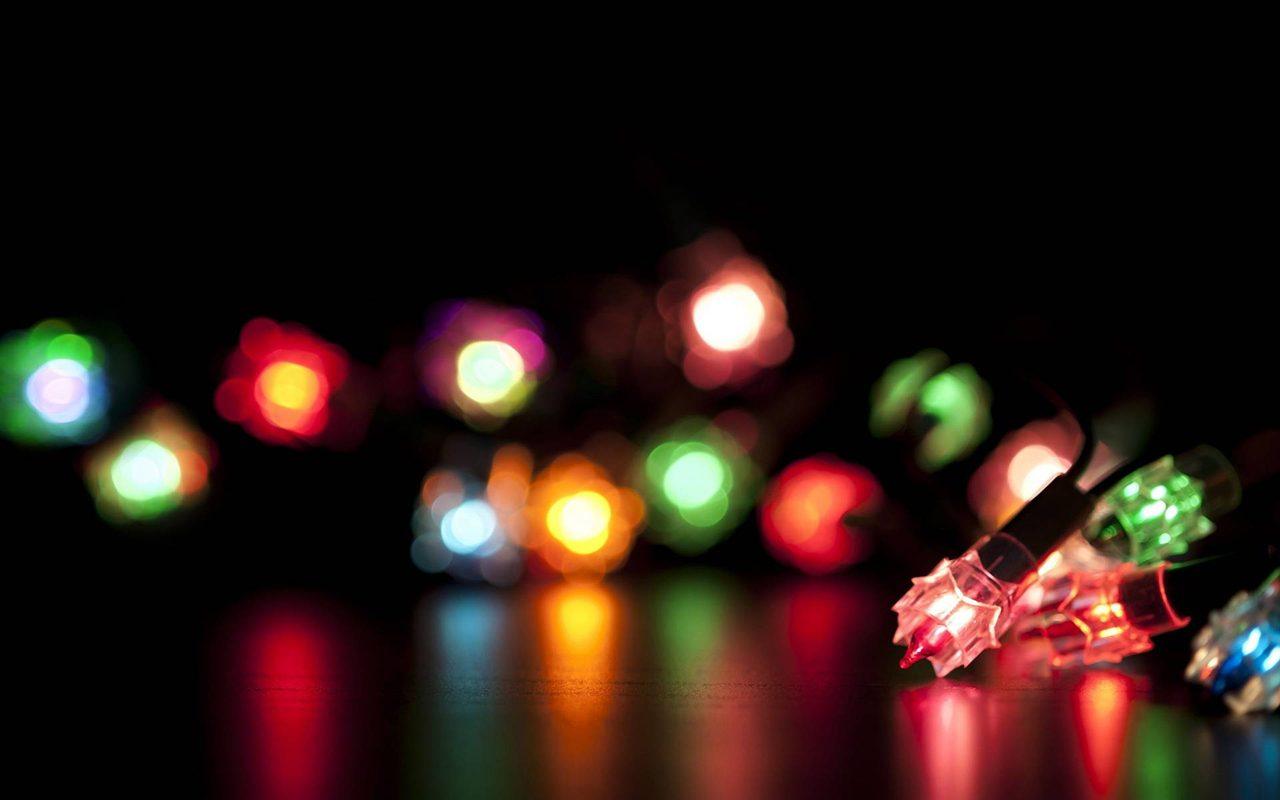 Jak szybko ibezpiecznie zamontować świąteczne lampki narynnie?