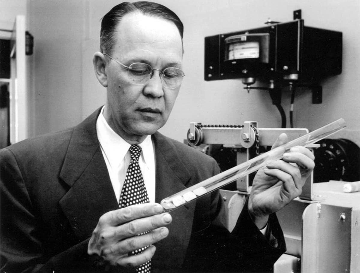 Calvin S. Fuller, chemik wBell Labs zjednym zpierwszych ogniw słonecznych (Źródło: APS Physics)